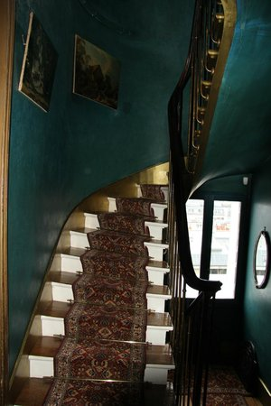 Ermitage Hotel Sacre-Coeur: staircaise in main building (between ground floor & first floor)