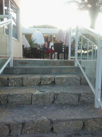 El Pinar Aparthotel: Steps up to outside dining area