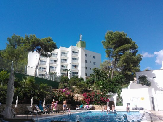 El Pinar Aparthotel : Pool and apartments in background