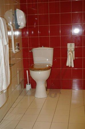 Hotel des Loges: Salle de bains chambre personne à mobilité réduite
