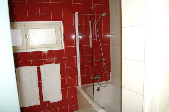 Hotel des Loges: Salle de bains  chambre sur rue