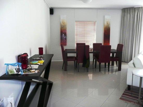 FlatRock Suites: livingroom