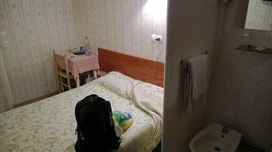 Hotel Les Chansonniers: Самый дешевый номер. Площадь 6-7 кв.м.