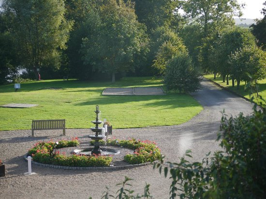 Chilston Park Hotel: Garden at the front