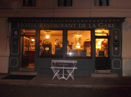 A cosy aperitif at the bar in Hotel de la Gare