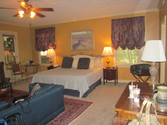 The Stockade Bed and Breakfast : great room