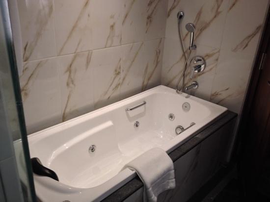 Earlu0027s Regency: Luxury Room Jacuzzi Bathtub