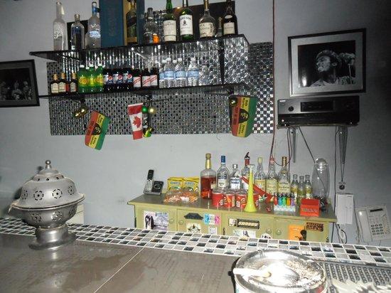 Reggae Hostel : bar exterieur dans la cour