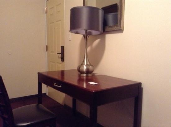 Park 79 Hotel: room desk
