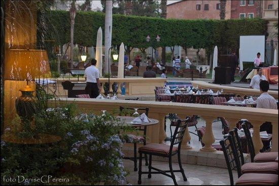 Concorde El Salam Hotel Cairo by Royal Tulip: Mesas externas nos restaurantes do hotel.