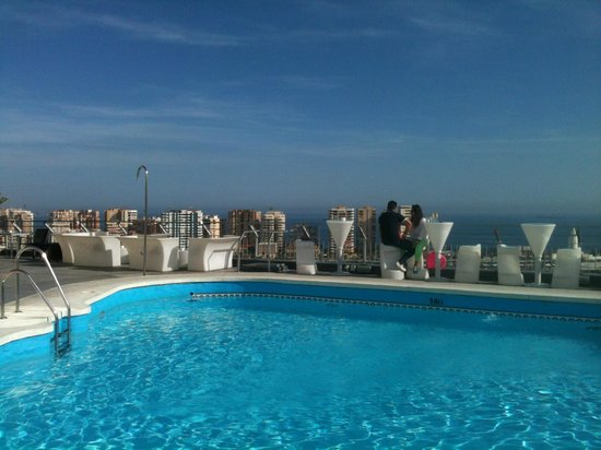 AC Hotel Malaga Palacio: Swanky roof toop pool - Pool  bar and restaurant have views to die for!