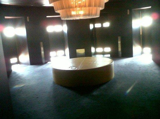 Hotel Puerta America: Sala de estar, donde están todas las habitaciones.