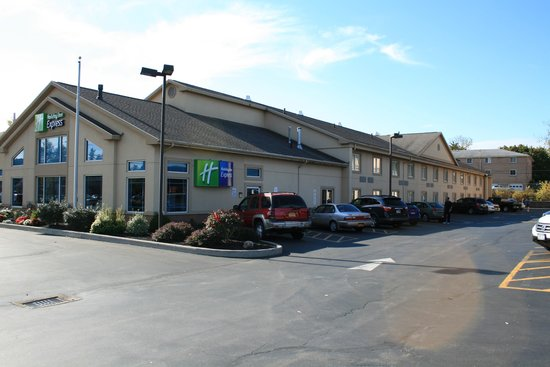 Country Inn & Suites By Carlson, Rochester-East : hotel from the front on other side