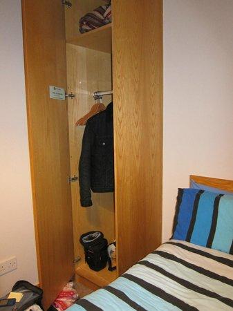 Barnacles Hostel Temple Bar: Armario en la habitación