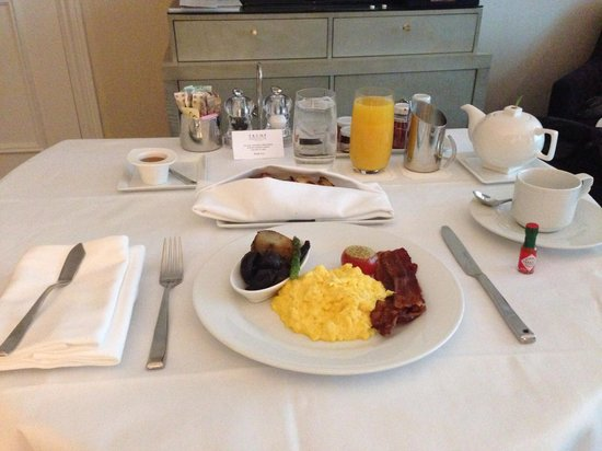The Adelaide Hotel, Toronto: Breakfast in bed