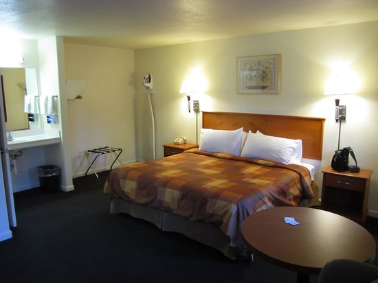 North Bay Inn: Large room with 1 King bed