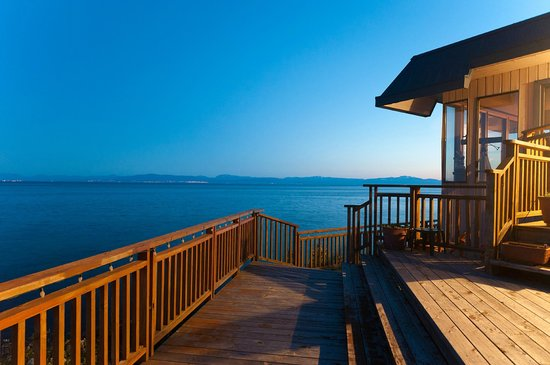 Four Winds Beach House & Spa: Deck  at Sunset looking West