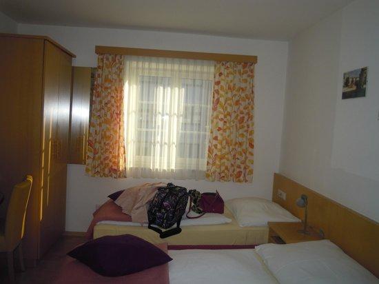Pension Elisabeth: Chambre double - 2 lits 1 place. Douche privée+lavabo