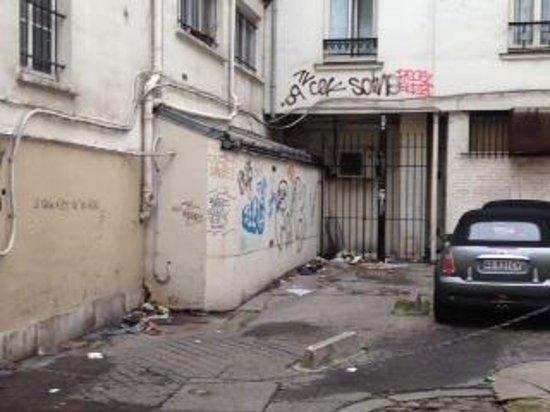 Hotel du Plat d'Etain: atras el hotel