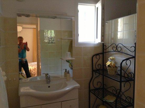 Rocca Rossa B&B : modern bathroom