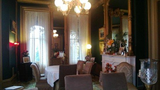 Harry Packer Mansion Inn : Living Room Interior