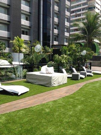 Riande Granada Urban Hotel: terraza de la piscina