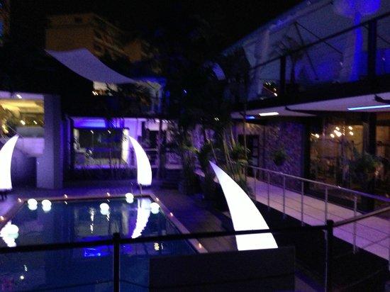 Riande Granada Urban Hotel: piscina de noche