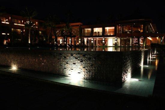 Hansar Samui Resort: Hotel at night