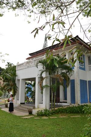 The Poovath Heritage - An Amritara Resort : Hôtel depuis le jardin