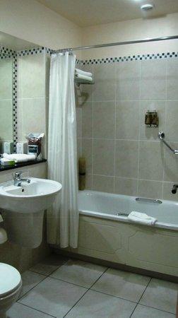 Hotel Doolin: Clean bathroom