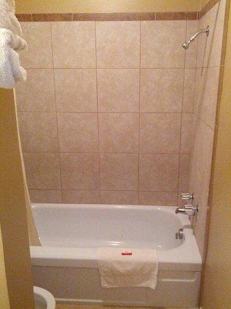 Budget Inn : new tiles in showers