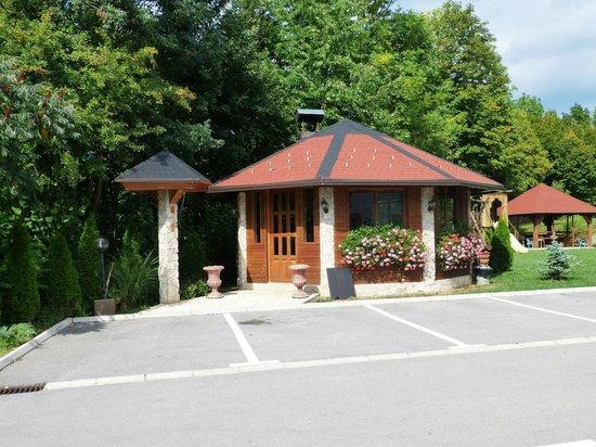 Restoran-Pansion Plitvicka Sedra: Cenador en el jardin