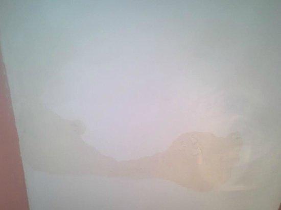 Hotel Bristol Republique: le plafond de la chambre et j 'en passe pour les matelas , la salle de bain ....