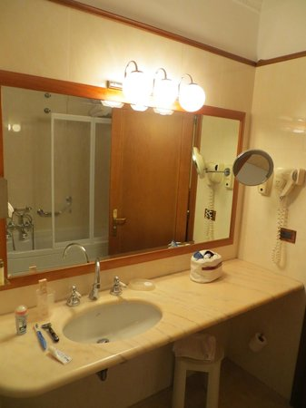 Strozzi Palace Hotel : Clean and well appointed bathroom