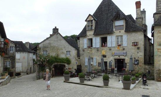 Chateau de Turenne: une jolie petite place