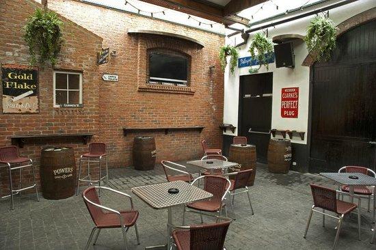 Jerry Flannerys Bar Catherine Street: Court yard