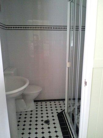First Avenue B&B: Bathroom