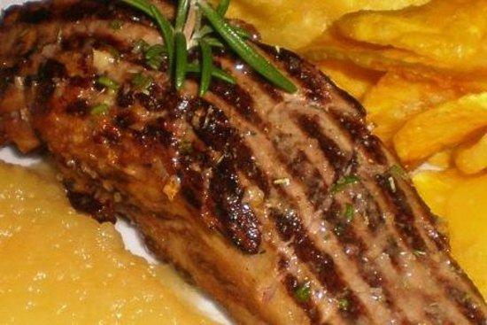 Maria Luisa Restaurante: Lombinho de porco alentejano grelhado, puré de maça e batata frita