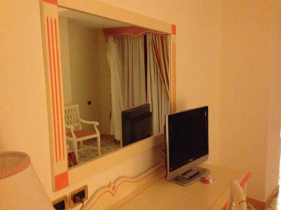 Lloyd's Baia Hotel: Specchio e tv