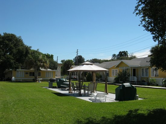 Sunshine Cozy Cottages: Cottages and Courtyard