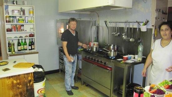 Restaurant De la ferme Robert : Le chef dans sa cuisine