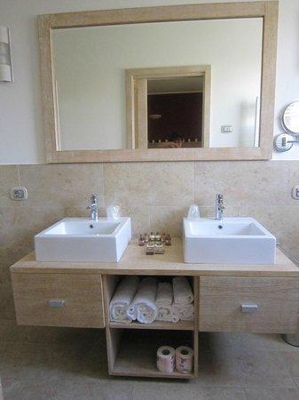 Hotel Domomea: doppio lavandino...comodissimo