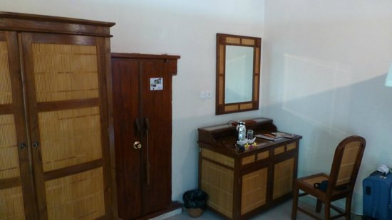 Tirta Ayu Hotel & Restaurant: Villa 1 and my hobbit sized door!