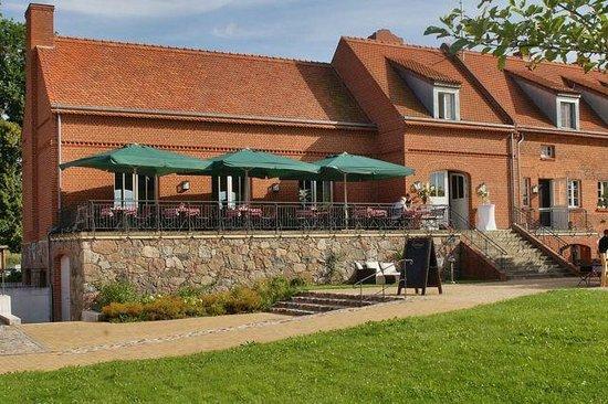 Schlosswirt Meseberg: Restaurant mit Terrasse