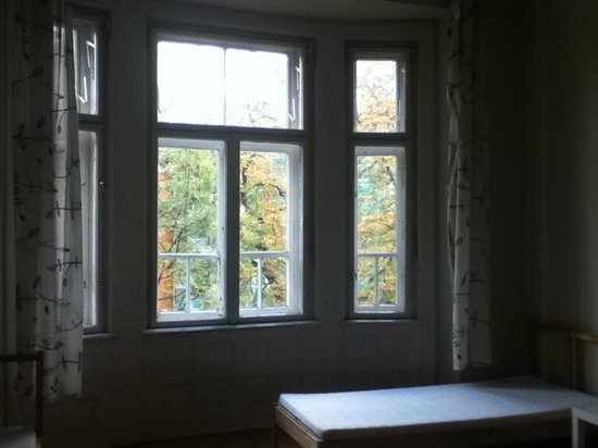 Trzy Kafki Private Rooms: Big window with cheap curtains that don't cover