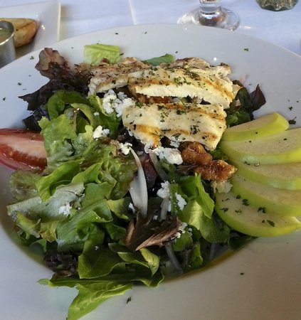 Giovanni's Ristorante & Lounge: Salad special--too much onion!