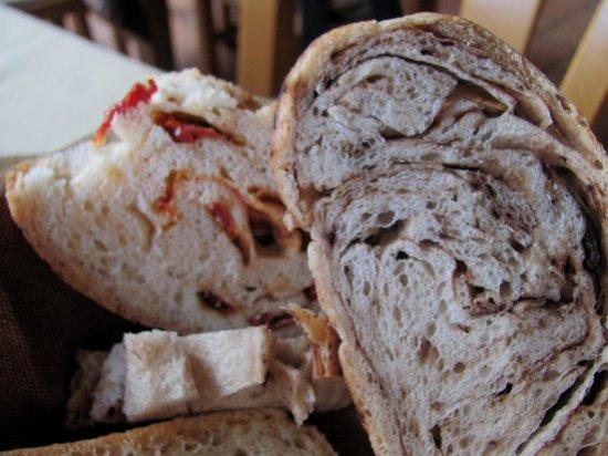 La Taverna dei Briganti: Pane fatto rispettivamente con pomor secchi ed olive nere.