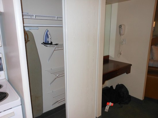 Extended Stay Canada - Ottawa : closet and desk