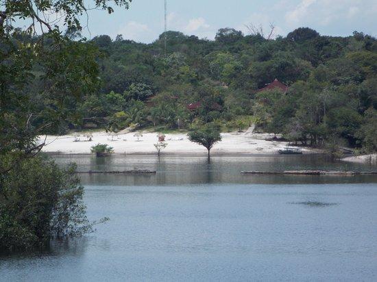 Amazon Ecopark Jungle Lodge: Vista da praia com hotel ao fundo