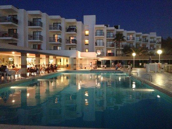 Nereida Aparthotel: Pool at evening
